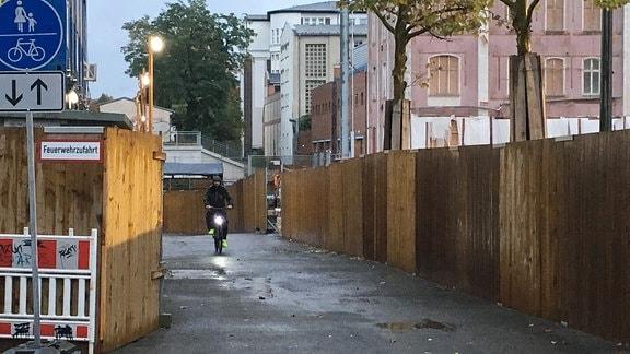 Radfahrer fährt durch Weg an Baustelle