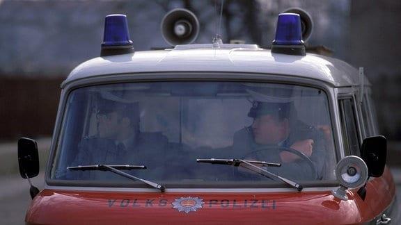Volkspolizisten in einem Einsatzfahrzeug