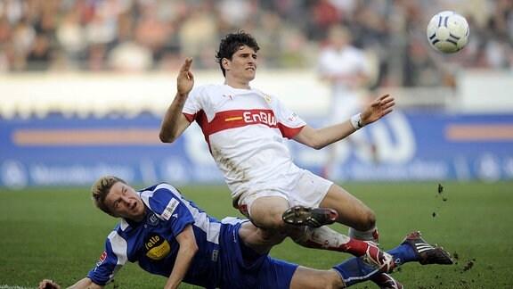 Mario Gomez (Stuttgart, re.) gegen Maik Franz (Karlsruhe).
