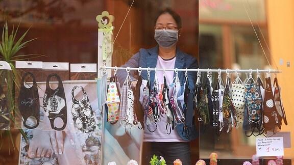 Ein Laden verkauft Gesichtsmasken