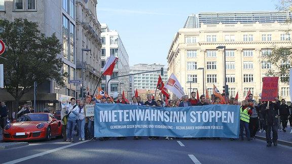 Mietenwahnsinn stoppen steht bei einer Demonstration auf einem Transparent