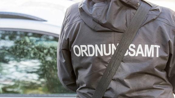 Schriftzug Ordnungsamt auf dem Rücken der Jacke einer Politesse