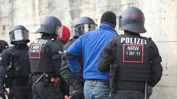 Statisten stellen eine Schlaegerei dar, die von Beamten der neuen BFE aufgeklaert wird. NRW- Innenminister Herbert Reul stellt die neue Beweissicherungs- und Festnahmeeinheit BFE des Landes NRW in Dienst, 05.02.2019 in Bochum.