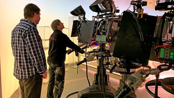 Programmmacher Daniel Holze mit Moderator Stefan Bernschein im Fernseh-Studio