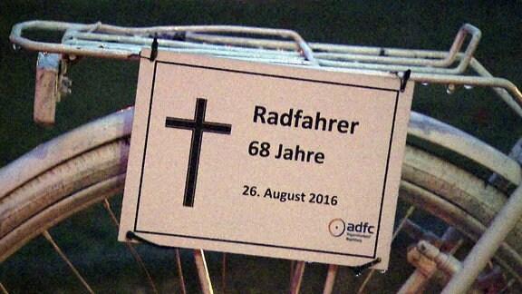 Ein Schild des ADFC, dass an einen verstorbenen Radfahrer erinnert