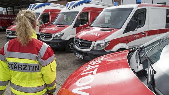Rettungsdienstfahrzeuge und ihre Besatzung vom Rettungsdienst