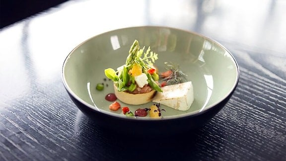 Lachstatar und Grüner Spargel angerichtet auf einem Teller