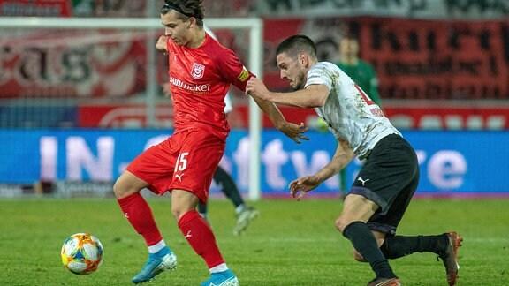 Jan Shcherbakovski HFC gegen Marcel Gottschling Köln im Spiel des HFC Hallescher FC vs. FC Viktoria Köln