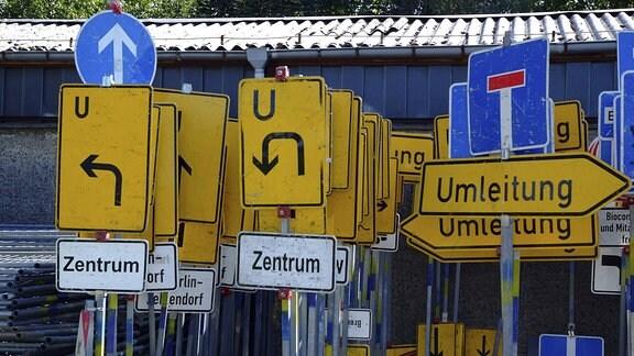 Schilderwald im Depot Verkehrsschilder