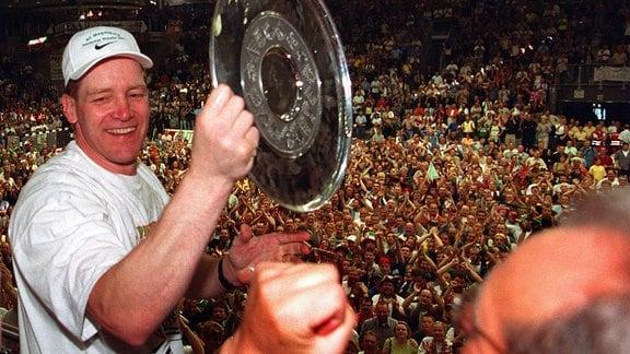 Alfred Gislason präsentiert den Zuschauern 2001 die Meisterschale