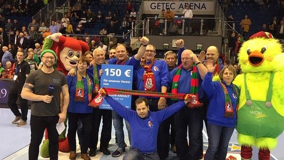 Ein Gruppenbild von Mitgliedern des Heimatvereins Könnigde in der GETEC-Arena