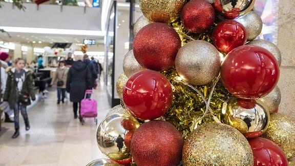 Weihnachsdekoration im Shoppingcenter.