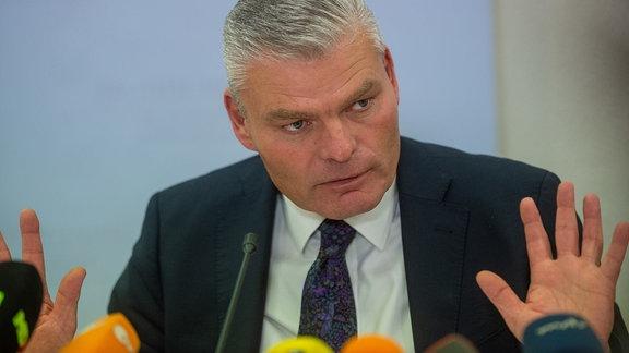 Holger Stahlknecht (CDU), Innenminister des Landes Sachsen-Anhalt, spricht auf einer Pressekonferenz im Innenministerium zu Medienvertretern.