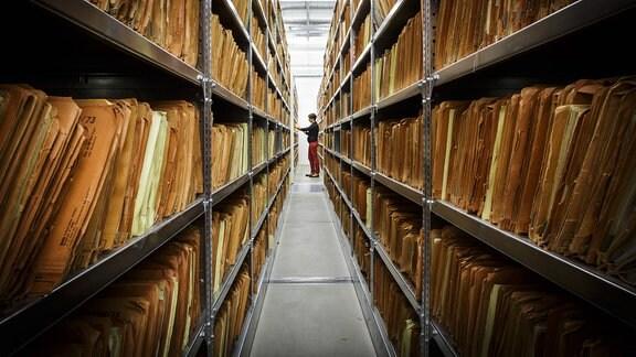 Mitarbeiterin 2013 im Archiv der Stasi-Unterlagenbehörde.