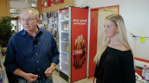 Ein Mann und eine junge Frau stehen in einem Laden.
