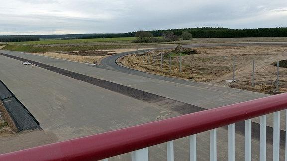Blick von Brücke auf Autobahnbaustelle