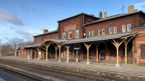 Gleis 1 und verfallener Bahnhof in Gardelegen
