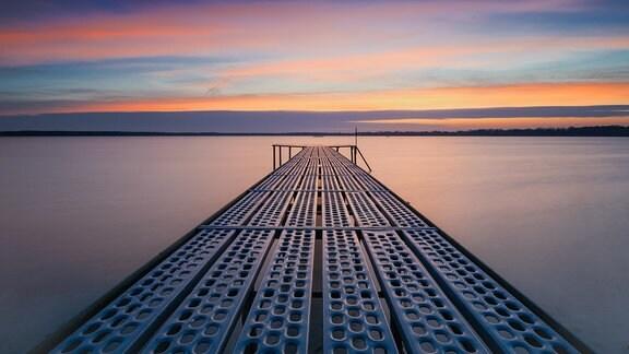 """Sonnenaufgang über dem Arendsee. Es war die Ruhe vor dem Sturm, bevor """"Sabine"""" über das Land fegte."""