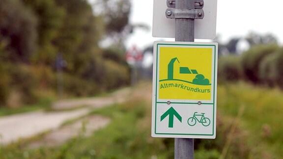 Ein Hinweisschild mit grüner Symbolik zeigt den Altmarkrundkurs.