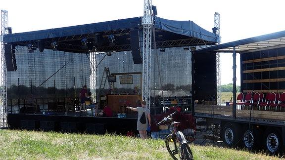 Eine auf einer Wiese aufgebaute Bühne