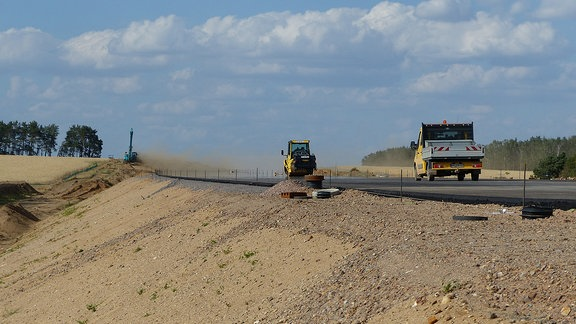 Baufahrzeuge auf Autobahn-Baustelle