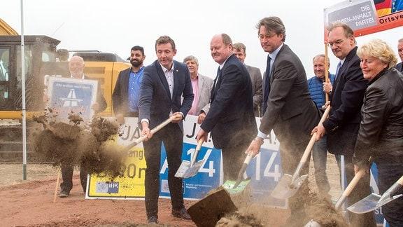 Andreas Brohm, Thomas Webe, Andreas Scheuer, Reiner Haseloff und Edith Braun vollziehen den ersten Spatenstich für den Bau der Autobahn 14 zwischen Tangerhütte und Lüderitz.