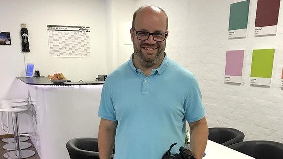 Ein Mann mit kurzer Hose in einem Büro.