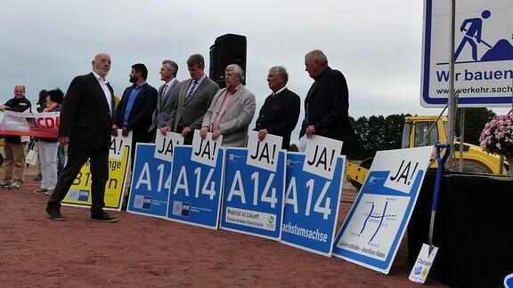 """Politiker und Befürworter der Autobahn mit """"A14 JA!""""-Schildern"""