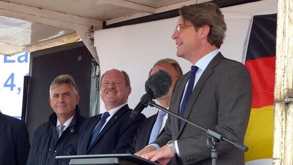 Bundesverkehrsminister Andreas Scheuer (r.) spricht vor dem ersten Spatenstich für die A14-Nordverlängerung bei Lüderitz
