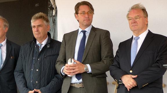 Bundesverkehrsminister Andreas Scheuer (m.) und Ministerpäsident Reiner Haseloff (r.) vor dem ersten Spatenstich für die A14-Nordverlängerung bei Lüderitz