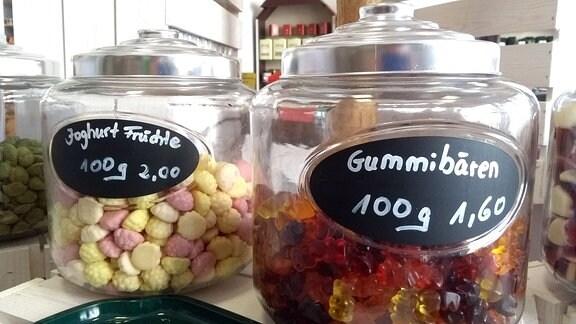 Gummibärchen in Gläsern.