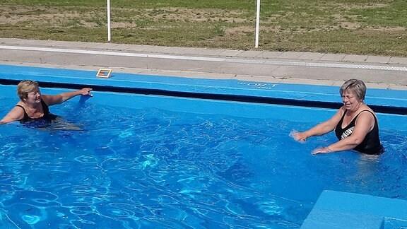 Zwei Frauen in Schwimmbecken.
