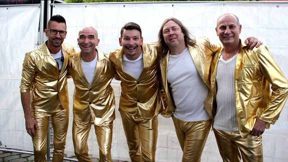 Die Band Tänzchentee im Bühnenoutfit