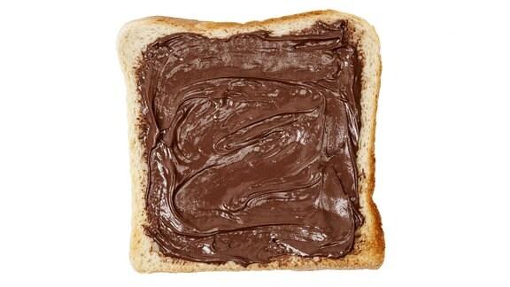 Eine Scheibe Toastbrot mit Nuss-Nougat-Creme.