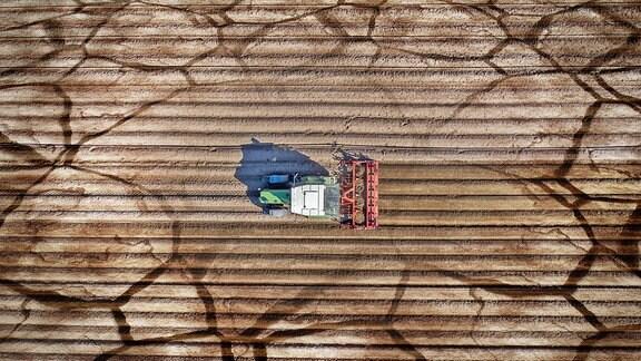 Collage: Eine landwirtschaftliche Maschine im Einsatz und ausgetrockneter Boden