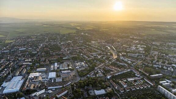 Luftbild von Halberstadt mit dem Harz im Hintergrund