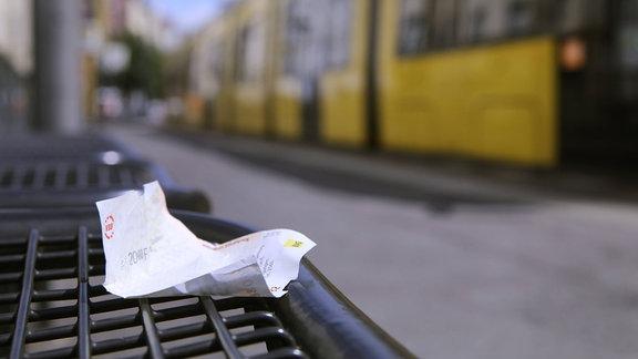 Zerknüllter Fahrschein des VBB auf einer Bank am Bahnsteig