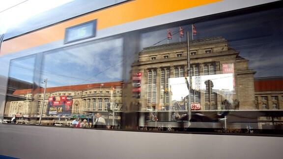 Der Leipziger Hauptbahnhof spiegelt sich 2007 in einer Straßenbahn.