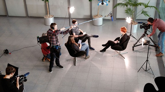 Zu sehen ist eine Szene aus einer Fernsehproduktion, es wurde von oben auf die Protagonisten herab fotografiert.