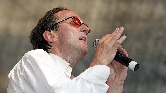 Ein Mann (Westernhagen) am Mikrofon