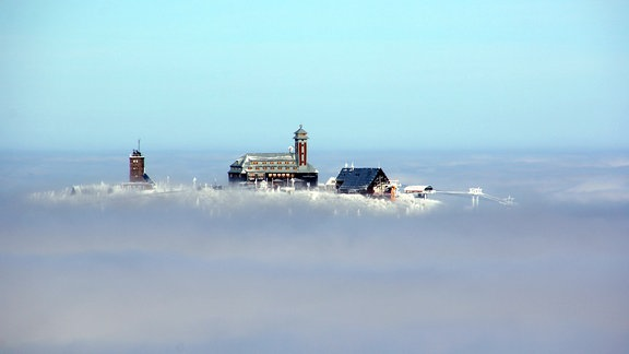 Gebäude in Winterlandschaft
