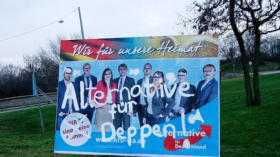 """Auf ein Wahlplakat der Alternative für Deutschland in Magdeburg haben Parteigegner mit weißer Schrift """"Alternative für Deppen"""" gesprüht."""