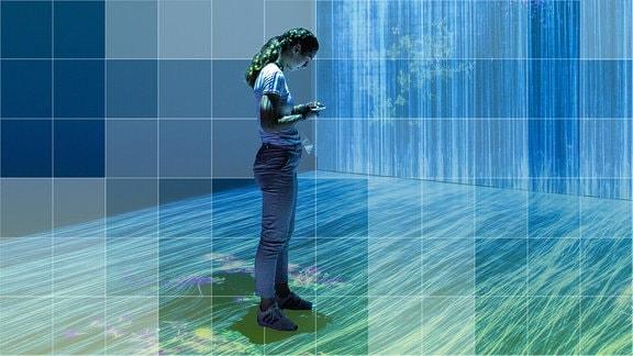 Frau steht in futuristischer Installation.