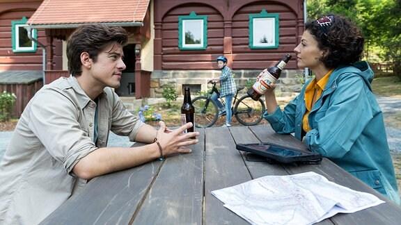 Vor der Rangerstation tauschen sich Ranger Jonas und Biologin Emilia über eine mögliche Zukunft der Wölfe im Nationalpark aus. Dabei geht es zugleich auch um die Frage der Zukunft der Biologin - kann sie sich vorstellen, längere Zeit in der Sächsischen Schweiz zu bleiben? Jonas könnte ihre Hilfe gebrauchen