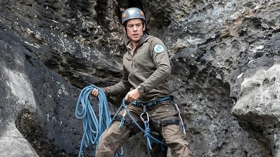 Bei einem riskanten Klettermanöver rettet Jonas Tim Nollau, dem Sohn des Unternehmers Karl Nollau, das Leben