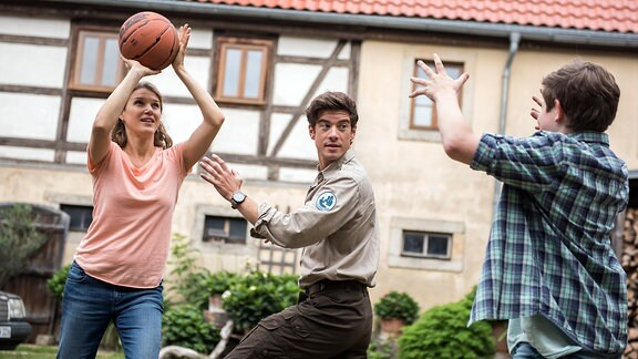 Ausgelassene Stimmung bei den Waldeks. Rike, ihr Sohn Lukas und der Ranger Jonas spielen Basketball