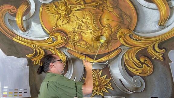 Maler Andre Voltaire ist am 6. Juni 2018 mit Sanierungsarbeiten an den koeniglichen Schlafgemaechern im Dresdner Schloss beschaeftigt.