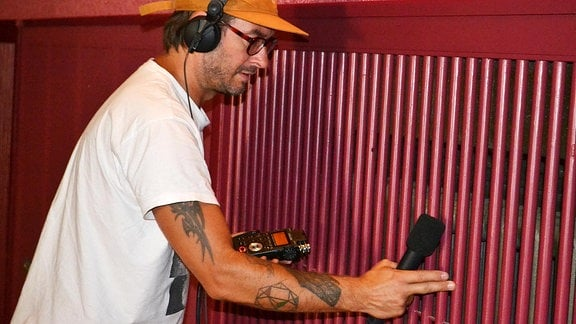 Soundkünstler Jarii van Gohl bei Aufnahmen im alten Kino Bischofswerda.
