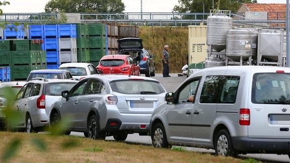 Autos warten an der Obstannahmestelle einer Kelterei in Arnsdorf bei Dresden