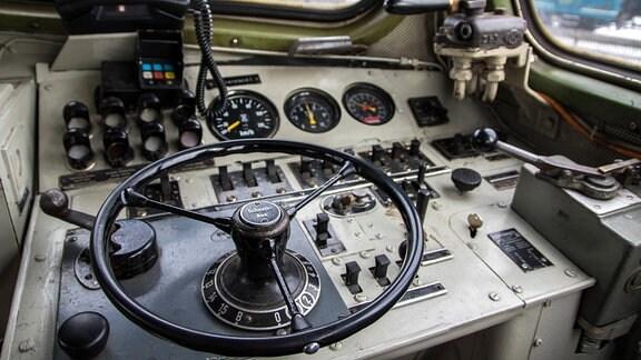 Lenkrad und Instrumente im Führerstand einer V 100 Lokomotive